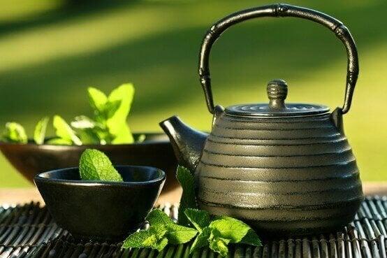 poista turvotus vihreällä teellä
