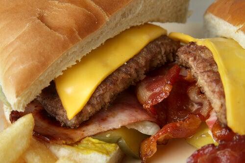 Prosessoidut ruuat saattavat aiheuttaa ummetusta.
