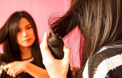 Hiuksia voi kihartaa myös ilman muotoilurautoja.
