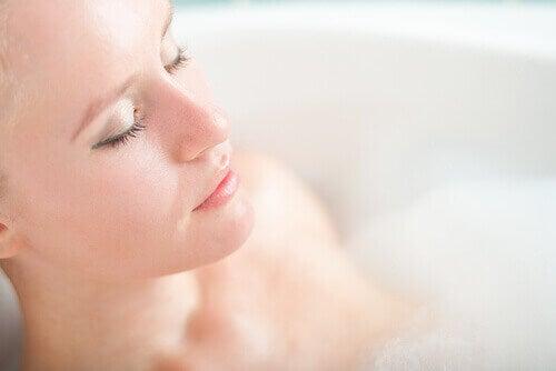 nainen kylvyssä