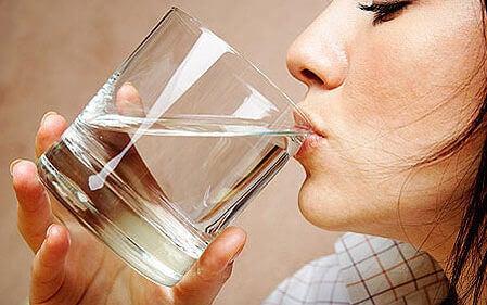 juo vettä tummien silmäalusten karkoittamiseen