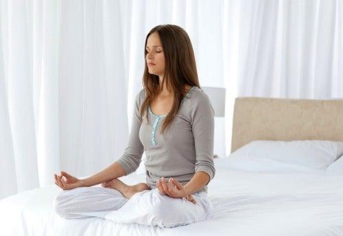 Keskittyämällä hengittämiseen viiden minuutin ajaksi auttaa rentoutumaan.