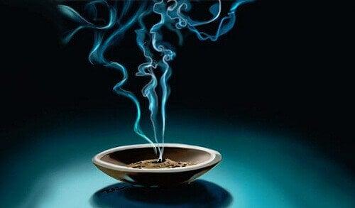 Luo rauhallinen ympäristö suitsukkeilla