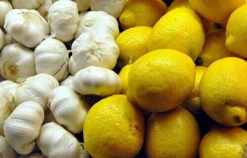 Valkosipulia ja sitruunaa verisuonien puhdistamiseen.
