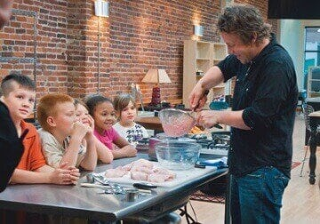 Tv-kokki Jamie Oliver valistaa katsojiaan kananugettien epäterveellisyydestä.