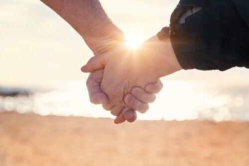 Käsi kädessä suhde ei toimi