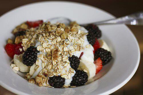 Kauraa, jogurttia ja marjoja