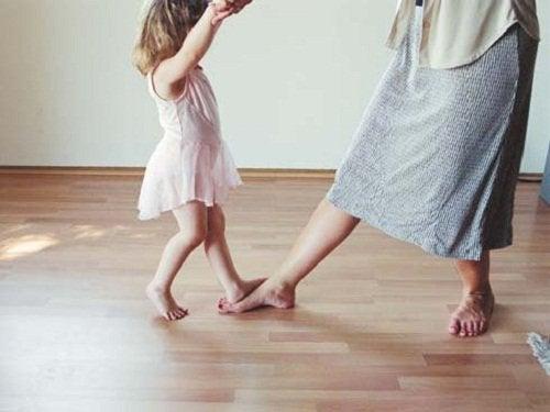 äiti ja tyttö tanssivat