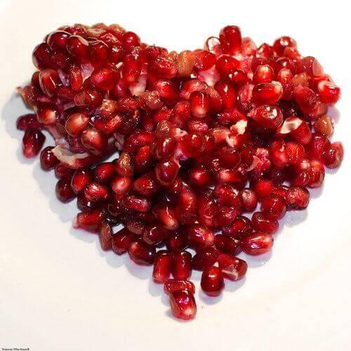 Granaattiomenan siemenet sydämen muodossa