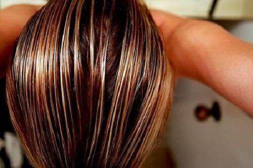 Naisen märät hiukset
