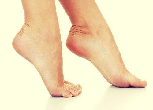 Jalkojen hikoilua voi estää talkilla