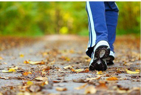 Henkilö kävelee syysilmassa