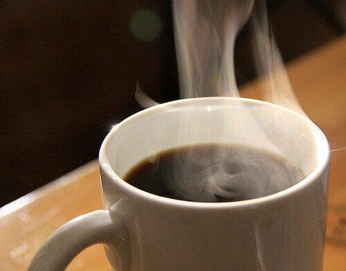 Höyryävä kahvikuppi