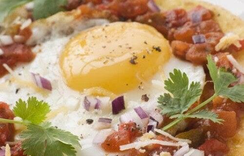 Kananmuna ja salsa tortillalla
