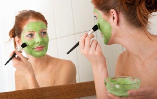 kasvonaamio pienentää ihohuokosia