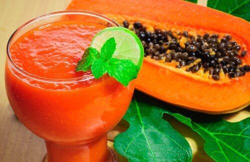 Papaijasmoothie ja puolikas papaija