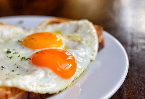 Paistetut munat leivän päällä