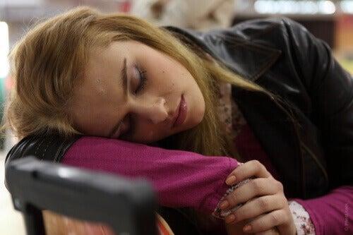 Nainen nukkuu istualtaan