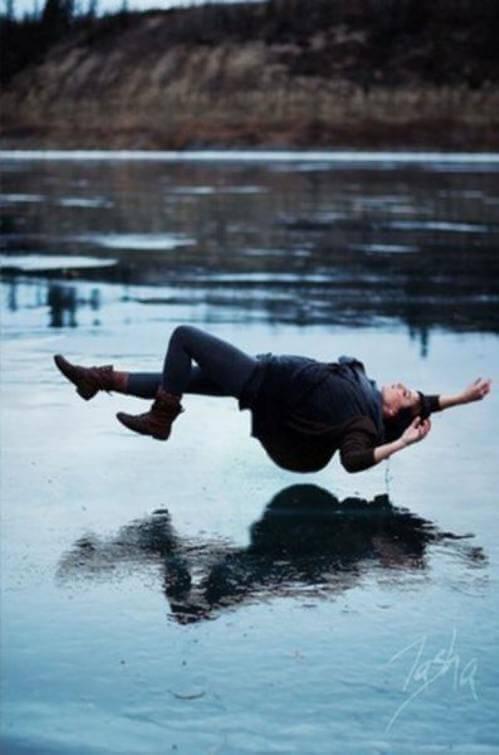 Nainen leijuu veden päällä