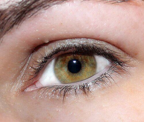 Silmä rypyt iho kauniiksi