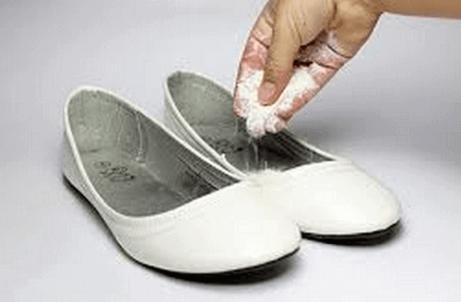 Näin raikastat pahanhajuiset kengät
