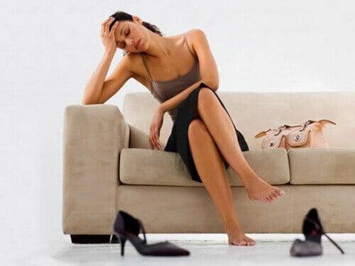 Väsynyt nainen sohvalla