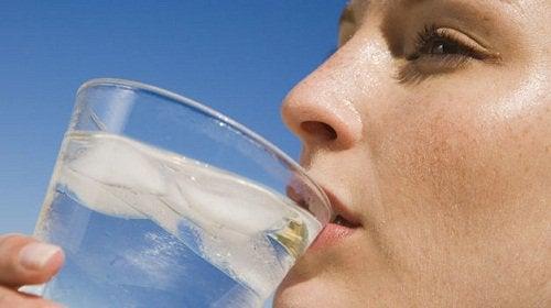 Nainen juo vettä