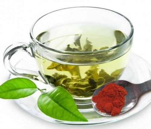 Vihreä tee ja pippurijauhe