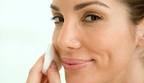 Nainen hoitaa kasvojaan