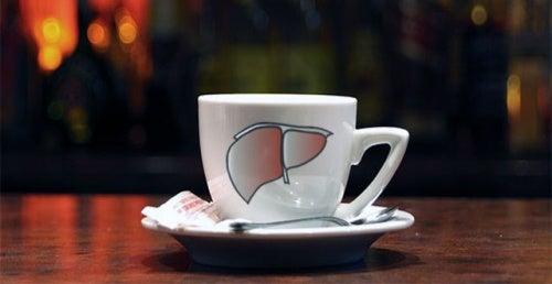 Kahvikuppi maksan kuvalla