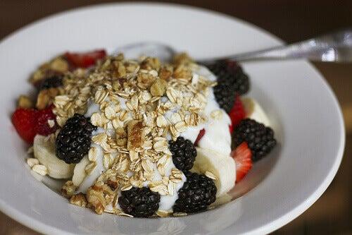 Mysli, jogurtti ja marjat