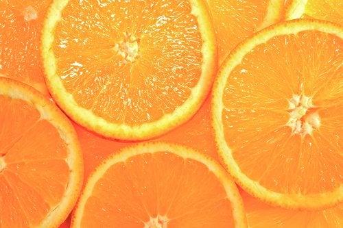 Oranssi väri herättää huomiota.