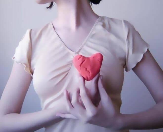 Nainen pitelee sydäntä