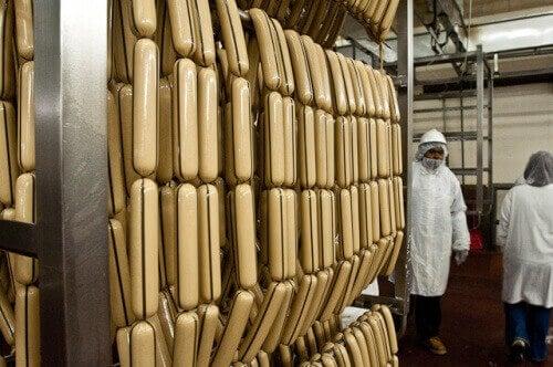 hot dog-makkarat valmistuvat tehtaassa