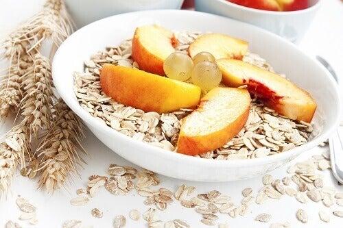Kauraa ja hedelmiä