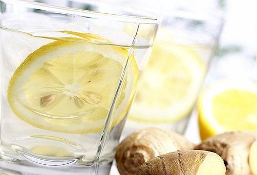 Inkivääri-sitruunavesi