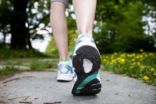 Kävely auttaa pistelyyn raajoissa