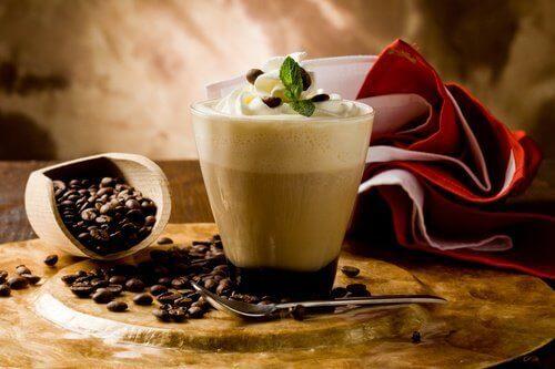 Kahvijuoma ja kahvipavut