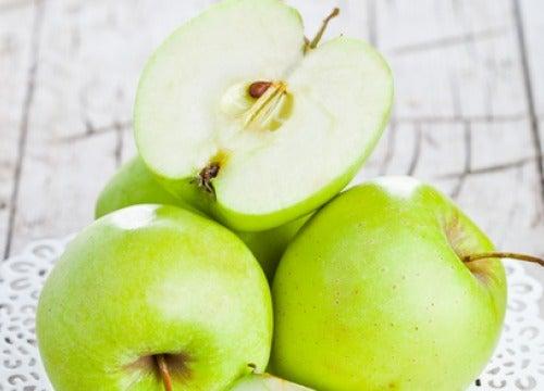 Hedelmä, kuten omena, on hyvä välipala.