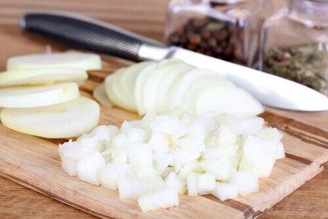 Käytä sipulia ihon kovettumien hoitoon.
