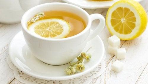 Sitruunateetä kupissa