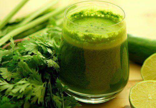 Vihersmoothie valmistettu tuoreista vihanneksista