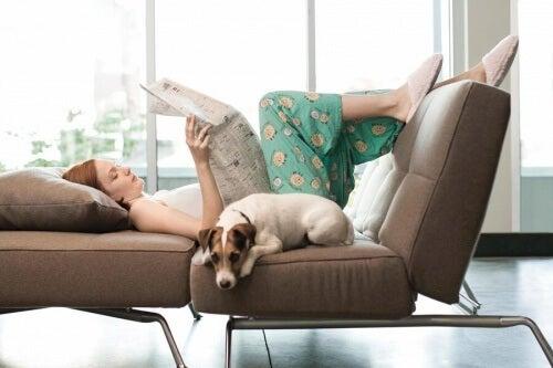 Nainen rentoutuu sohvalla