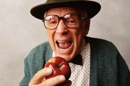 Vanhus haukkaa omenaa