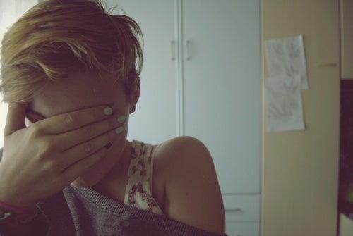ahdistunut tyttö