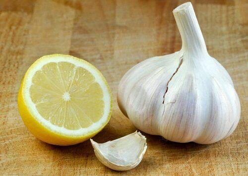 Ihon kovettumien poisto sitruunan ja valkosipulin avulla.