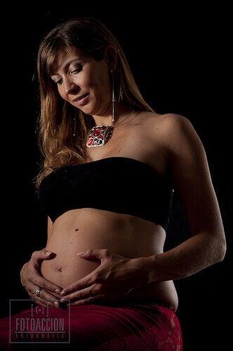 Nainen raskaana