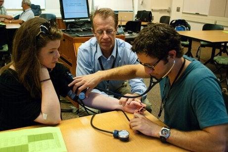 korkean ja matalan verenpaineen mittaus työpaikalla