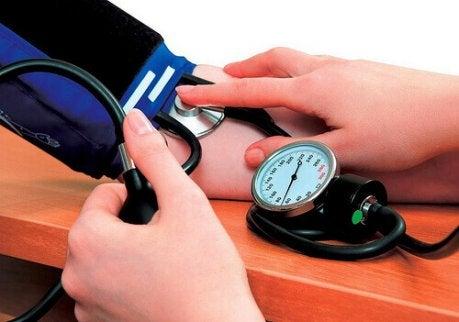 korkean ja matalan verenpaineen mittaaminen on tärkeää