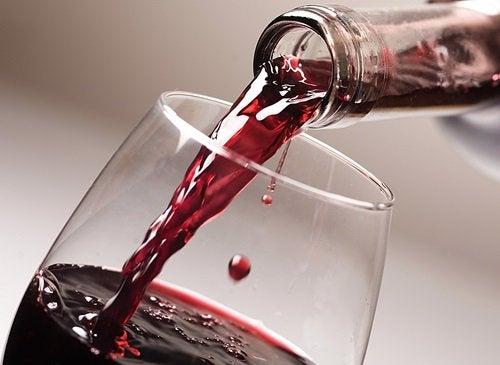 Punaviiniä kaadetaan lasiin